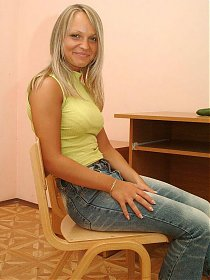 Nasty blondie Daria is all smiles as she drills her hairy pussy with a cucumber live